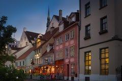 RIGA, LETONIA, EL 15 DE AGOSTO DE 2016: Opinión de la noche en la ciudad vieja de Riga Fotos de archivo