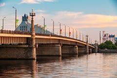 Riga, Lettland Akmens-Neigungen - Steinbrücken-Straße bei Sonnenuntergang, Sunr lizenzfreies stockbild