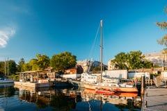 Riga, Lettland Alte Yacht festgemacht an der Stadt Pier Harbour Bay And Stockfoto