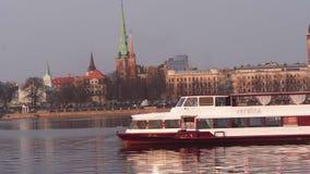 RIGA, LETTLAND - 7. APRIL 2019: Boot Vecriga-Segeln entlang dem Fluss Daugava mit Ansicht über alte Stadt im Hintergrund - stock video