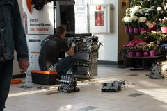 RIGA, LETTLAND - 4. APRIL 2019: Gebrochene ATM-Maschine wird repariert - Bank sind in einem Einkaufszentrum stockbild