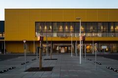 RIGA LETTLAND - APRIL 3, 2019: Huvudsaklig ingång för IKEA galleria under mörk afton och vind - blå himmel i bakgrunden arkivfoton