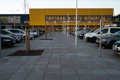 RIGA, LETTLAND - 3. APRIL 2019: IKEA-Mallhaupteingang während des dunklen Abends und Wind - blauer Himmel im Hintergrund lizenzfreie stockfotografie