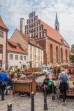 RIGA, LETTLAND - 19. AUGUST 2016: Ansicht von Skarnu-iela Straße und von St- Johnskirche in der Mitte von Riga, Latv lizenzfreie stockbilder