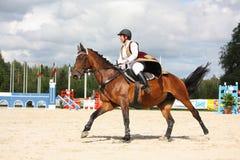 RIGA, LETTLAND - 12. AUGUST: Lettische Reiter Linda Ansone-Showsprünge Stockfotos