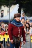 RIGA, LETTLAND - 21. AUGUST: Nicht identifizierter Mann in mittelalterlichem Kostüm f Lizenzfreies Stockbild