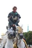 RIGA, LETTLAND - 21. AUGUST: Nicht identifizierter Mann vom Teufel-Pferd Stockfotos