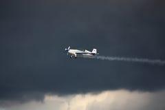 RIGA, LETTLAND - 20. AUGUST: Pilot vom Russen Ivanoff auf Sbach 34 Lizenzfreie Stockbilder