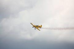 RIGA, LETTLAND - 20. AUGUST: Pilot von BRITISCHEM Tom Cassells auf KAPPE 232 Lizenzfreie Stockfotos