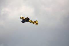 RIGA, LETTLAND - 20. AUGUST: Pilot von BRITISCHEM Tom Cassells auf KAPPE 232 Lizenzfreies Stockbild