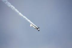 RIGA, LETTLAND - 20. AUGUST: Pilot von Finnland Sami Kontio auf KAPPE Lizenzfreie Stockfotos