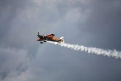 RIGA, LETTLAND - 20. AUGUST: Pilot von Teil Frankreichs Nicolas Ivanoff Stockbild