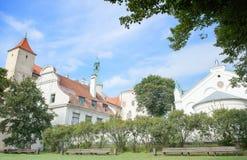 Riga Lettland - Augusti 10, 2014 - den pittoreska sikten av den Riga slotten (uppehållet av presidenten av Lettland) med oskulden arkivfoton