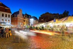 RIGA LETTLAND - AUGUSTI 08, 2014: Gammal stad Riga på natten Den gamla staden är en punkt av intresse som besökas av tusentals tu Arkivfoton