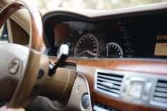 RIGA LETTLAND - AUGUSTI 28, 2018: Mercedes-Benz S grupp W221 Redaktörs- foto - inre biege fotografering för bildbyråer