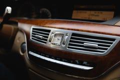 RIGA LETTLAND - AUGUSTI 28, 2018: Mercedes-Benz S grupp W221 Redaktörs- foto - inre biege arkivfoto