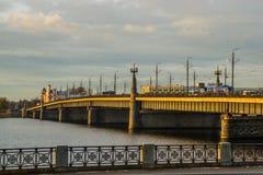 RIGA LETTLAND: Bron går över floden arkivfoto