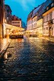 Riga, Lettland Café in der Beleuchtung an der Abend-oder Nachtbeleuchtung Lizenzfreie Stockfotos