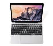 RIGA LETTLAND - December 29, 2016: dator för 12 tum Macbook bärbar dator med näthinneskärm Royaltyfria Bilder