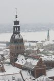 Riga, Lettland, Doms auf Winter, Ansicht von der St.Peter Kirche lizenzfreies stockbild