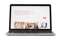 RIGA LETTLAND - Februari 06, 2017: Airbnb Inc plats på datoren för 12 tum Macbook bärbar dator Fotografering för Bildbyråer