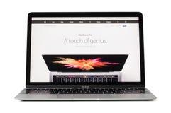 RIGA LETTLAND - Februari 06, 2017: dator för 12 tum Macbook bärbar dator på skrivbordet Royaltyfria Bilder