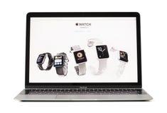 RIGA LETTLAND - Februari 06, 2017: iWatches på skrivbordet av datoren för 12 tum Macbook bärbar dator Arkivbild