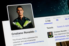 RIGA LETTLAND - Februari 02, 2017: Kvittra kontot av den berömda fotbollspelaren Cristiano Ronaldo för världar Royaltyfri Foto