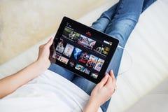 RIGA LETTLAND - FEBRUARI 17, 2016: Netflix på App Store Netflix är en global familjeförsörjare av tryckning av filmer och av TV-s Arkivfoton