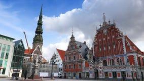 Riga Lettland, gammalt stadområde i den molniga dagen, video 4K lager videofilmer