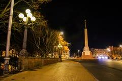 RIGA, LETTLAND: Lettland 100 Jahre Soldaten schützen von der Ehre am Freiheits-Monument Die Aufschrift auf dem Monument zu lettis stockfotos