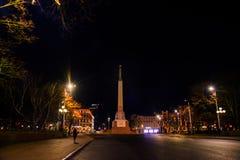 RIGA, LETTLAND: Lettland 100 Jahre Soldaten schützen von der Ehre am Freiheits-Monument Die Aufschrift auf dem Monument zu lettis stockbild