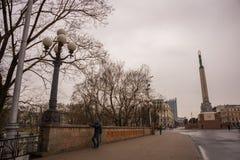 RIGA, LETTLAND: Lettland 100 Jahre Soldaten schützen von der Ehre am Freiheits-Monument Die Aufschrift auf dem Monument zu lettis lizenzfreie stockbilder