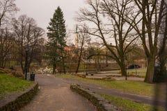 RIGA, LETTLAND: Lettland 100 Jahre Soldaten schützen von der Ehre am Freiheits-Monument Die Aufschrift auf dem Monument zu lettis lizenzfreies stockbild