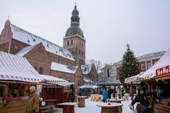 Riga, Lettland - 5. Januar 2015: Weihnachtsmarkt auf dem Hauptplatz in Riga Lizenzfreie Stockfotografie