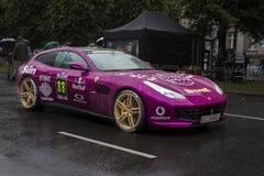 Riga Lettland - Juli 01, 2017: Ferrari GTC4 Lusso 2017 från det Gumball 3000 loppet Riga till Mykonos är på skärm Riga värd Arkivbilder
