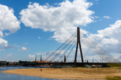 Riga, Lettland - 19. Juli 2017: Schrägseilbrücke in Riga am sonnigen Tag des Sommers Stockbild