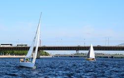 Riga Lettland, 15 Juli, 2015 Segla grupp Platu 25 som utbildar för konkurrensen Arkivfoton