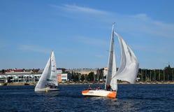Riga Lettland, 15 Juli, 2015 Segla grupp Platu 25 som utbildar för konkurrensen Arkivbilder