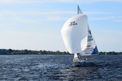 Riga Lettland, 15 Juli, 2015 Segla grupp Platu 25 som utbildar för konkurrensen Arkivbild