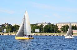 Riga Lettland, 15 Juli, 2015 Segla grupp Platu 25 som utbildar för konkurrensen Royaltyfri Fotografi