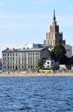 Riga Lettland, 15 Juli, 2015 Sikt på stad med akademin av vetenskaper i bakgrunden royaltyfri bild