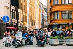 Riga, Lettland Junge Leute, die zusammen Spaß nahe treffen und haben lizenzfreie stockfotos