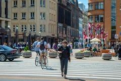 RIGA, LETTLAND - 22. JUNI 2018: Anwohner und Touristenweg Stockfotografie