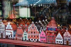 Riga, Lettland - 10. Juni 2016: Bunte keramische Andenkenminiatur von Häusern in einem Shopfenster Lizenzfreie Stockbilder