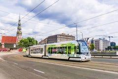 RIGA, LETTLAND 10. JUNI 2017: eine moderne Tram in den alten Straßen von Lizenzfreie Stockfotografie