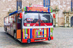 RIGA LETTLAND -11 JUNI 2017: En färgrik randig turist- buss i th Fotografering för Bildbyråer