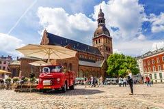 RIGA, LETTLAND - 10. JUNI 2017: Hauben-Quadrat mit Riga-Kathedrale an Stockbilder
