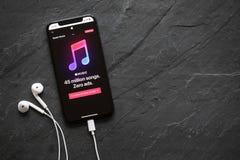 Riga, Lettland - 25. März 2018: Apple-Musik, die Service-Website auf dem spätesten Generation iPhone X strömt stockfoto