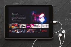Riga, Lettland - 25. März 2018: iPad, das Japaner Netflix APP zeigt Stockfotos
